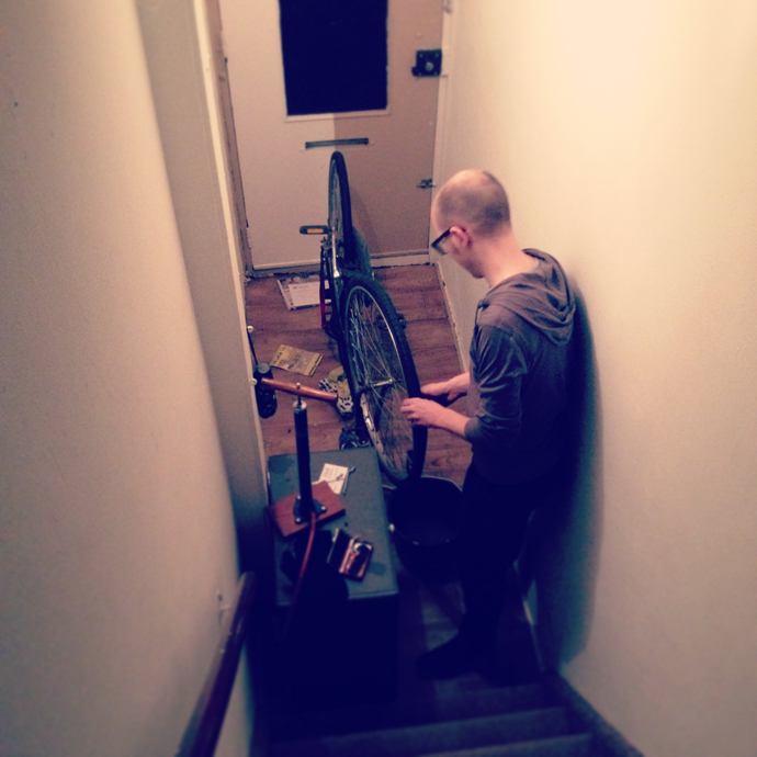 tom_fiets_repareren_band_plakken