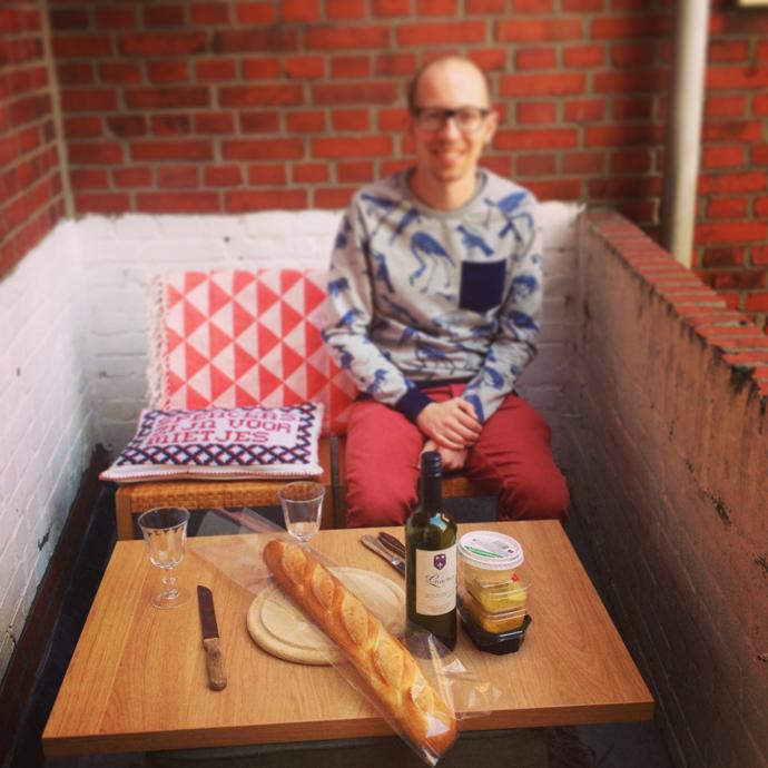 tom_buiten_balkon_lente